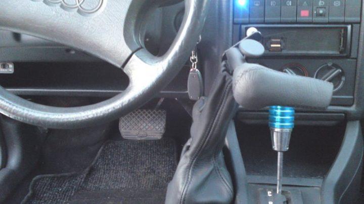 Przystosowany samochód dla niepełnosprawnego kierowcy dźwignią Veigel Classic