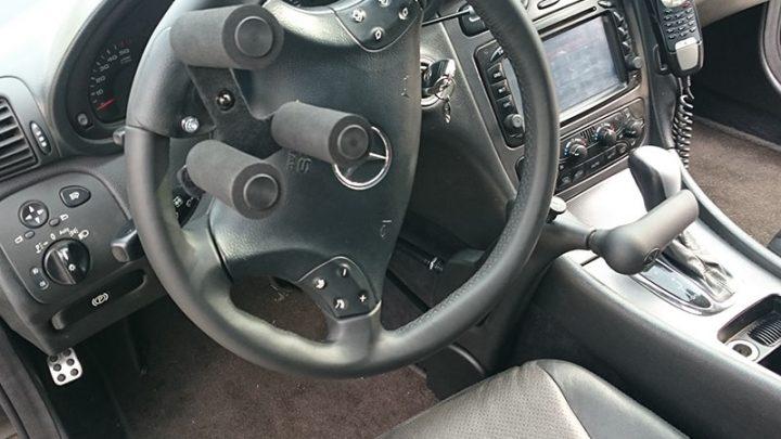 Ręczny gaz hamulec Veigel oraz trójząb na kierownicę - przystosowanie samochodu Marach