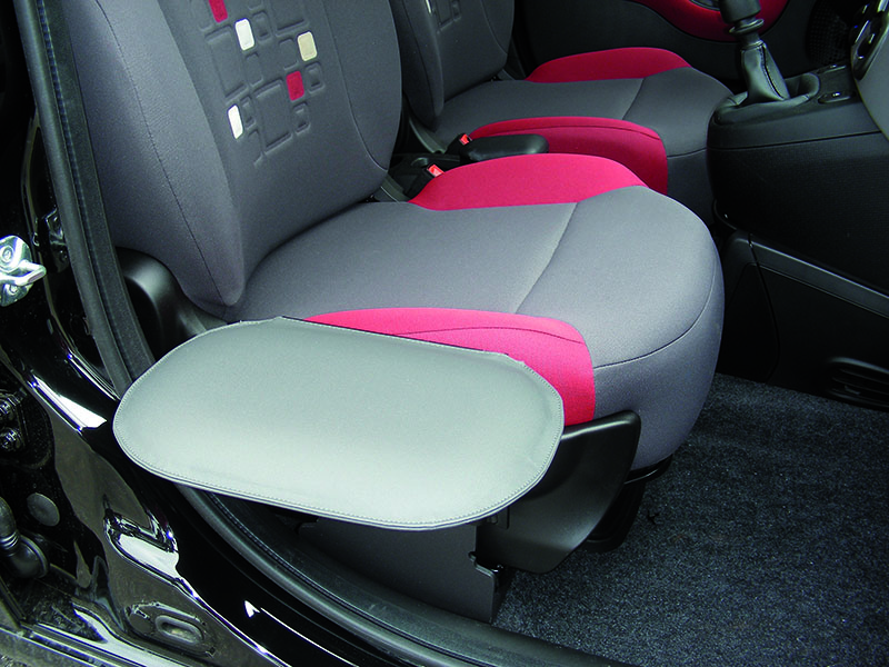 Przystosowanie samochodu dla niepełnosprawnych w przystawkę do fotela ułatwiająca przesiadanie