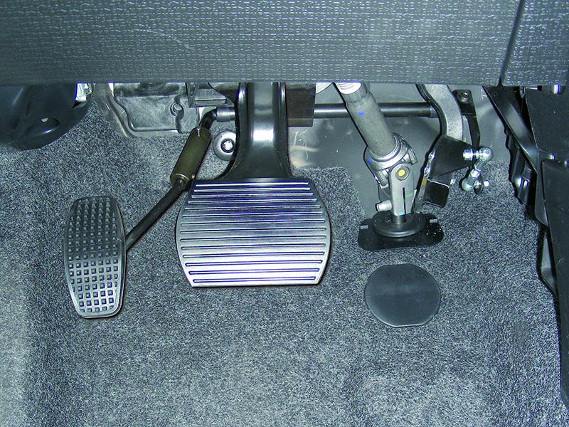 przełożenie pedału gazu na lewą nogę - przystosowanie samochodu dla niepełnosprawnych