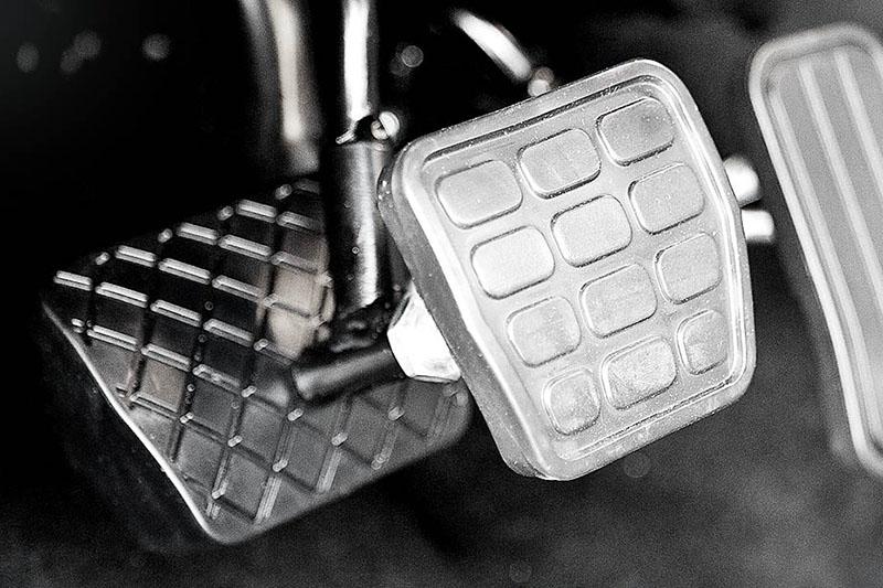 Modyfikacje pedałów w autach dla osób niepełnosprawnych.
