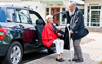 Opuszczany fotel obrotowy do samochodu dla seniorów