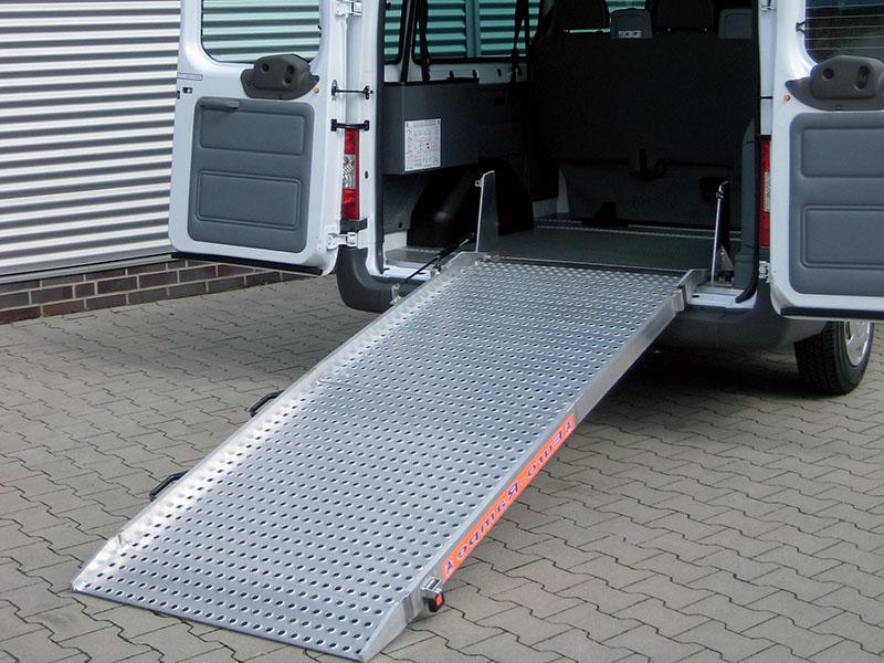 Aluminiowa rampa samochodowa dla osób niepełnosprawnych - łatwy wjazd wózka inwalidzkiego