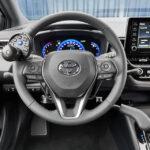 Przystosowana Toyota w dźwignię ręcznego hamulca przy kierownicy